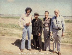 Malcom Caldwell, membro do Khmer Vermelho, Elizabeth Becker e Richard Dudman.